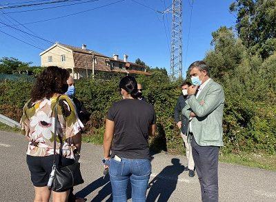 Los concejales del PP se reúnen con los vecinos que reclaman mejoras de seguridad en el acceso al IES de Beade