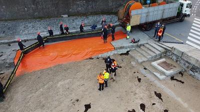 Galicia testa los medios de lucha contra la contaminación con un simulacro en la playa de Gandarío