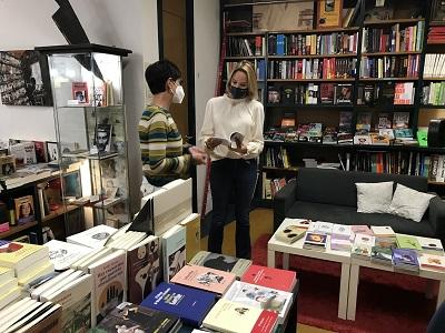 Fernández-Tapias visita la librería Versus, una de las 44 entidades y empresas del área de Vigo adheridas al Bono Cultura de la Xunta