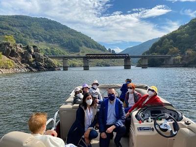 La Xunta continúa el programa de excursiones de los usuarios de residencia con un viaje en catamarán por la Ribeira Sacra